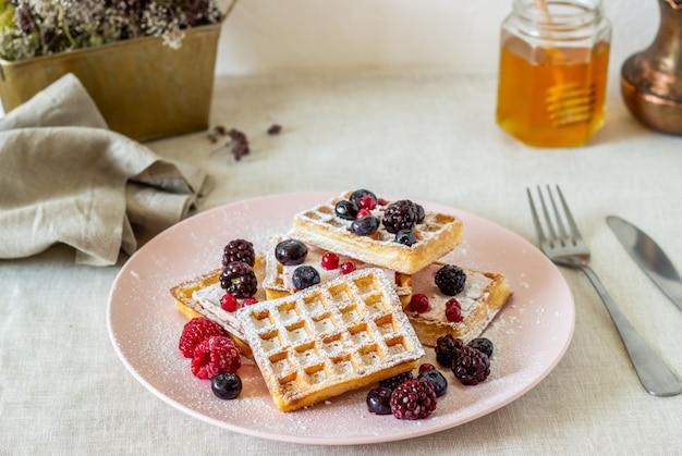 ベリーと蜂蜜のベルギーワッフル Premium写真