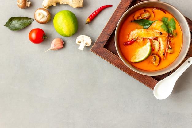 トムヤムスープ。タイ料理。健康的な食事。レシピ。 Premium写真