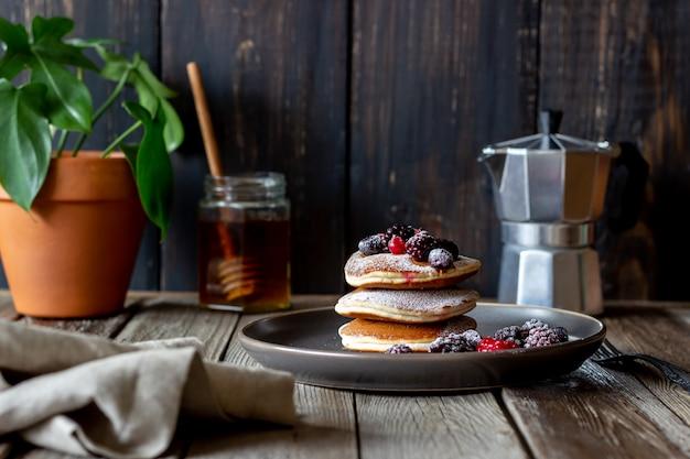 ブラックベリー、ラズベリー、赤スグリのパンケーキ。アメリカ料理。 Premium写真