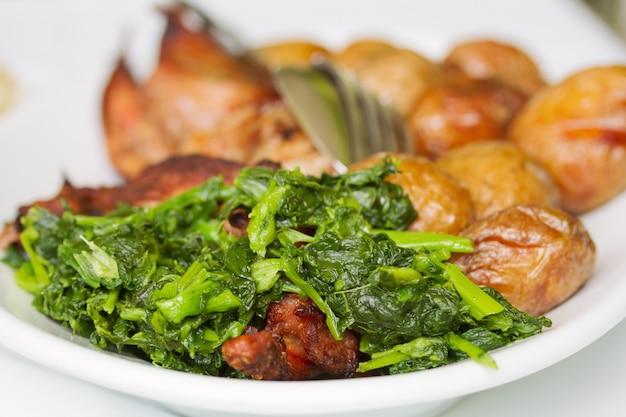 ジャガイモと緑の白いプレート上のトルコ Premium写真