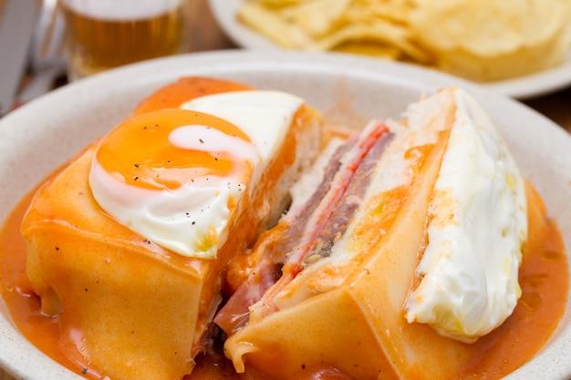 料理のフランチェーニャソースと伝統的なポルトガルサンドイッチ Premium写真