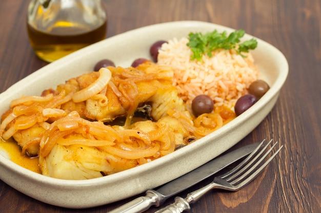 タラのフライ、ご飯とオリーブオイルの皿 Premium写真
