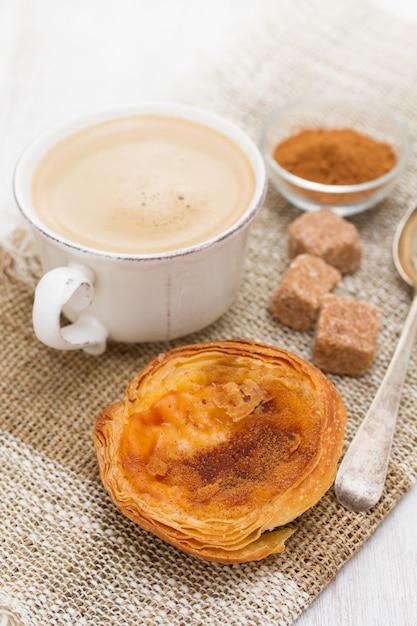 Традиционный яичный пирог пастель де ната с чашкой кофе Premium Фотографии