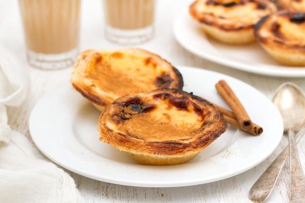 ポルトガルの伝統的なクリーミーなエッグタルトパステルデナータ Premium写真
