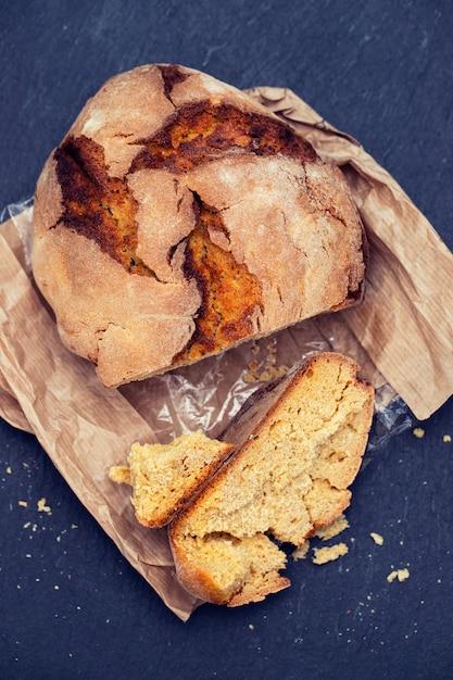 Кукурузный хлеб с оливками и красным вином Premium Фотографии