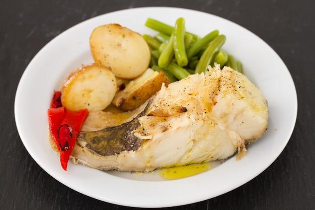 皿の上の野菜と魚します。 Premium写真