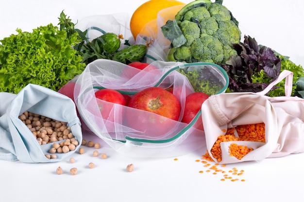 白の季節の果物と野菜。市場からの生の有機生鮮食品。無駄のない買い物。再利用可能な食料品袋 Premium写真