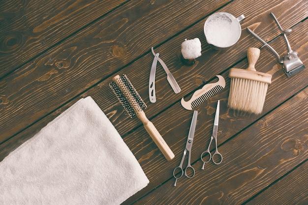 Аксессуары для парикмахерских на деревянный стол. парикмахерская фон копией пространства Premium Фотографии