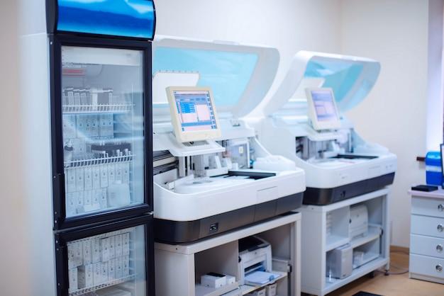 生化学および免疫学的分析の実験室ワークステーション。 Premium写真