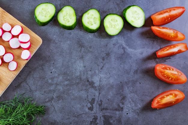 サラダ用野菜:きゅうり、トマト、大根、ねぎ、ディル。 Premium写真