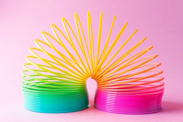 パステルピンクのおもちゃプラスチック虹 Premium写真