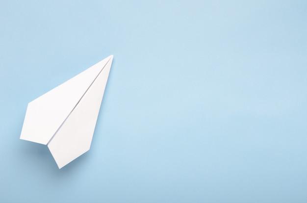 Бумажный самолет на синем фоне Premium Фотографии