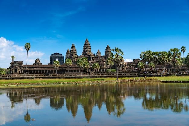 カンボジア、アンコールワットの古い寺院。正面玄関の景色。 Premium写真