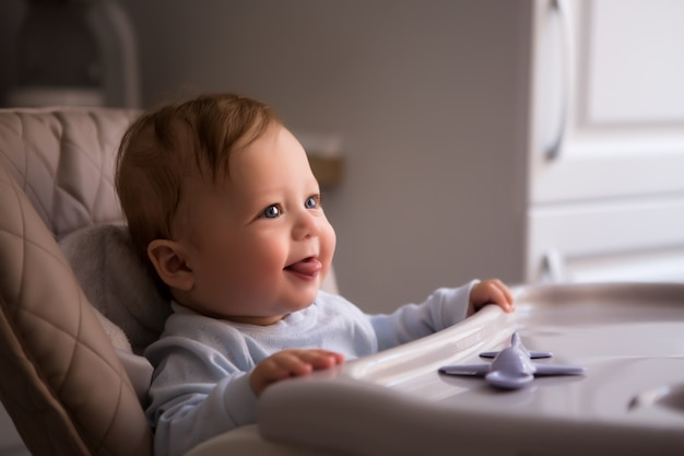 高い椅子に座っている赤ちゃん Premium写真
