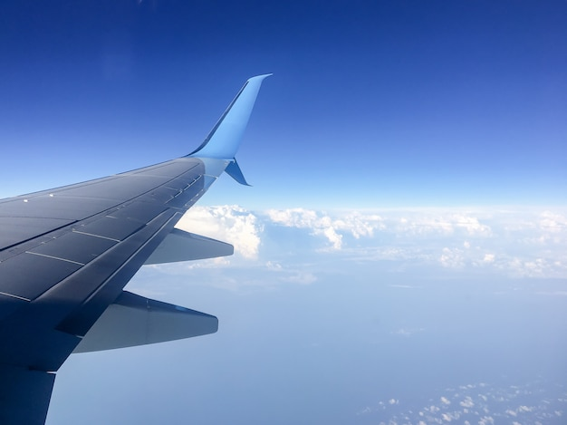 空に対する航空機の翼 Premium写真