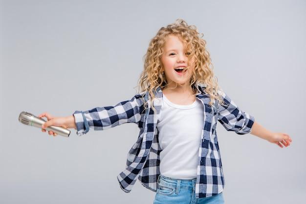 歌を笑顔のマイクを使って女の赤ちゃん Premium写真