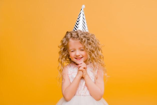 オレンジに笑みを浮かべて女の赤ちゃんの誕生日 Premium写真