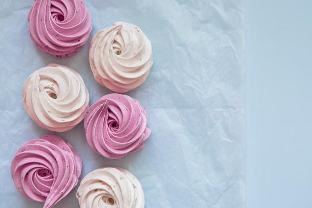 Зефир и миндальное печенье на белом Premium Фотографии