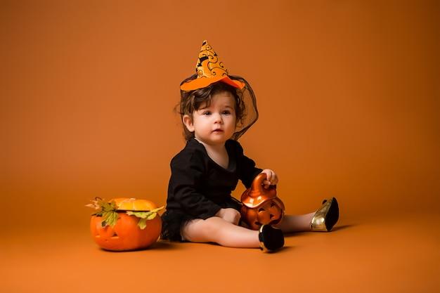 ハロウィーンの魔女の衣装の赤ちゃん Premium写真