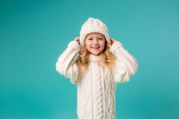 冬のニット帽子とセーターの少女 Premium写真