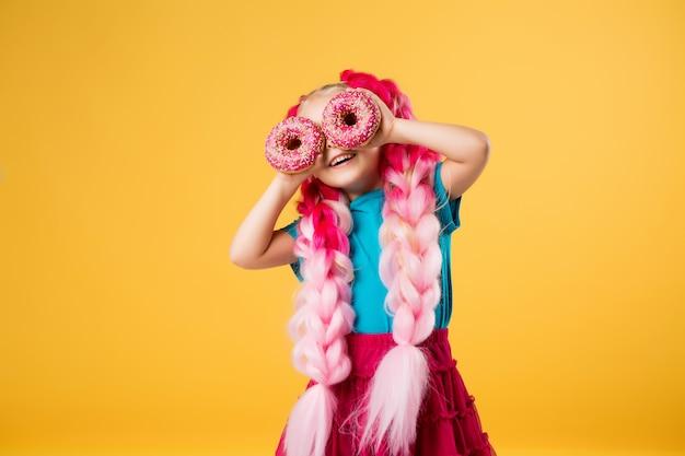 ドーナツを持つ少女 Premium写真