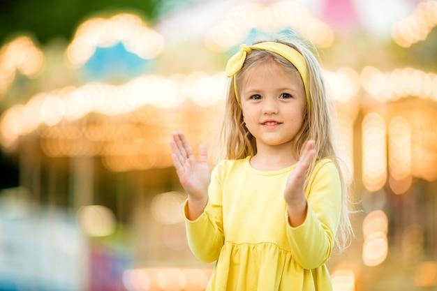 公園を歩いて幸せな赤ちゃん Premium写真