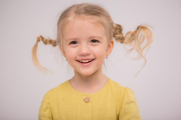 幼児の女の子のパンの光 Premium写真