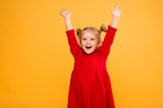 女の赤ちゃんの肖像画は黄色の背景を分離します。 Premium写真