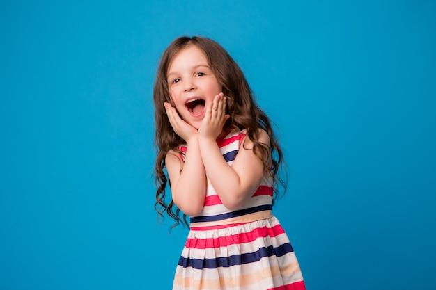 青に笑みを浮かべて小さな女の赤ちゃん Premium写真
