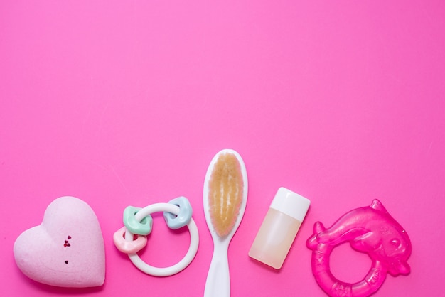 Плоская композиция с детскими аксессуарами и местом для текста на розовом фоне Premium Фотографии