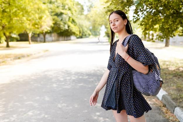 ヨーロッパ旅行の美しい少女。自由、旅行、休暇のロードトリップ。ライフスタイルイメージ、コピースペース Premium写真