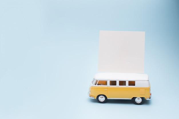 Классический винтажный желтый автобус с карточкой чистого листа или примечанием, сезоном лета. концепция автобусного тура Premium Фотографии