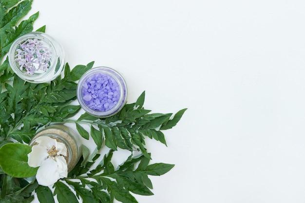 コピースペースと白い壁に自然化粧品の成分 Premium写真