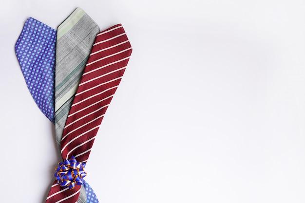 Счастливое изображение концепции дня отца с букетом связей человека на светлой стене. копировать пространство Premium Фотографии