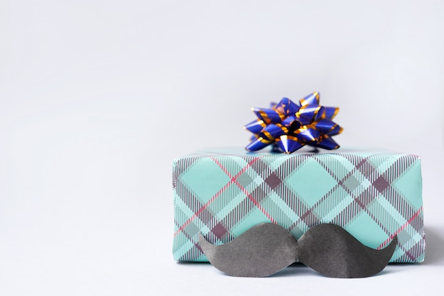 Подарочная коробка с усами на светлом столе Premium Фотографии