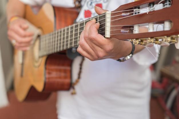 アコースティックギターを演奏する伝統的なキューバのドレスを着ているキューバ女性のクローズアップ。ラハバナ、キューバで撮影 Premium写真