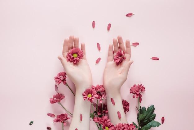 紫の花を持つ美しい女性の手 Premium写真
