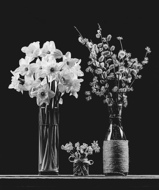 花瓶、水仙とブルーベルの花の柳とハナミズキの開花枝の花束 Premium写真