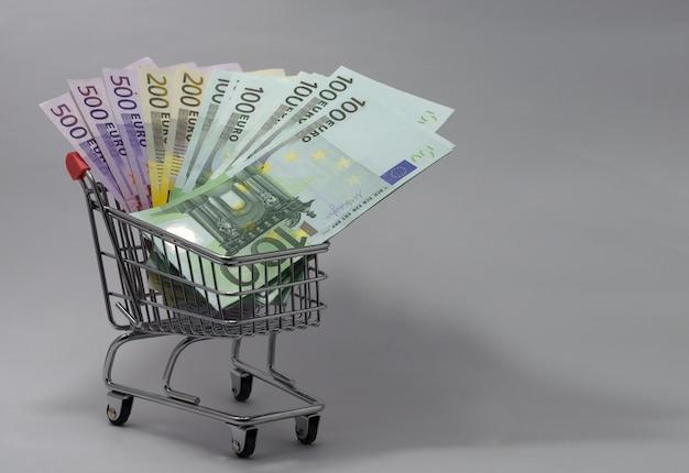 さまざまな金種のユーロ紙幣が入ったカート Premium写真