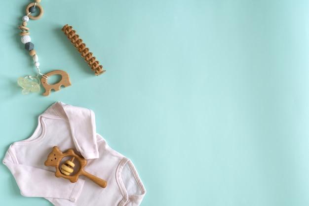 新生児向けのおもちゃと物のセット Premium写真