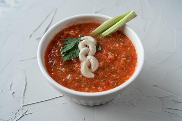生のトマトとセロリのスープ。ヘルシーなベジタリアンスープ Premium写真