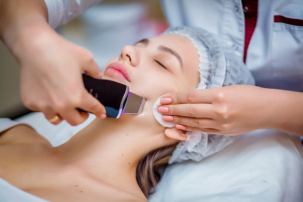 Женщина получает ультразвуковой пилинг для лица в косметологическом салоне Premium Фотографии