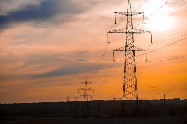 送電鉄塔のグループシルエット Premium写真