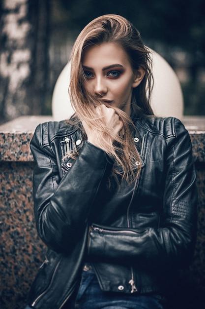 Портрет красивой девушки в черной кожаной куртке Premium Фотографии