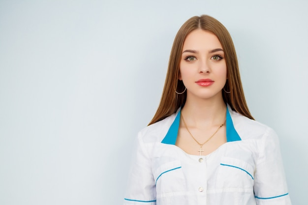 Красивая девушка в белом халате. Premium Фотографии