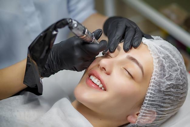 Процедура перманентного макияжа для глаз Premium Фотографии