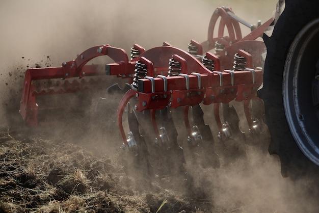 地面に農業用プラウのクローズアップ、農業機械。 Premium写真