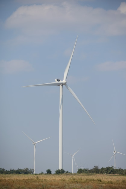 野外の風力発電機。風車 Premium写真