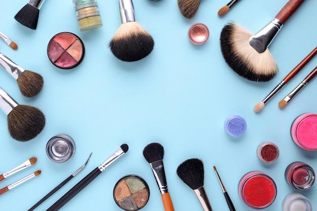 Кисти для макияжа на синем фоне. вид сверху, плоская планировка, копирование пространства Premium Фотографии