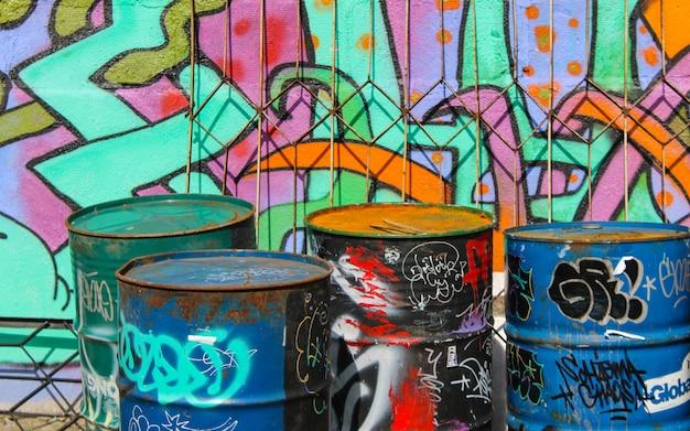 Граффити уличного искусства покрасили красочную стену. индустриальный пейзаж. Premium Фотографии